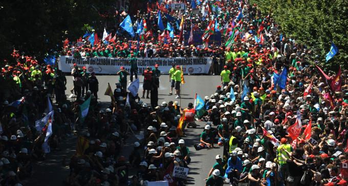 La marcha minera termina con una batalla entre policías y manifestantes