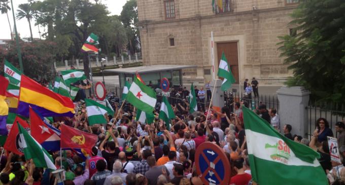 Más de mil personas consiguen rodear el Parlamento de Andalucía