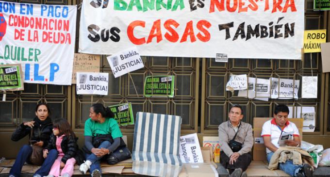 Víctimas de desahucios acampan ante Bankia para forzar al banco a negociar