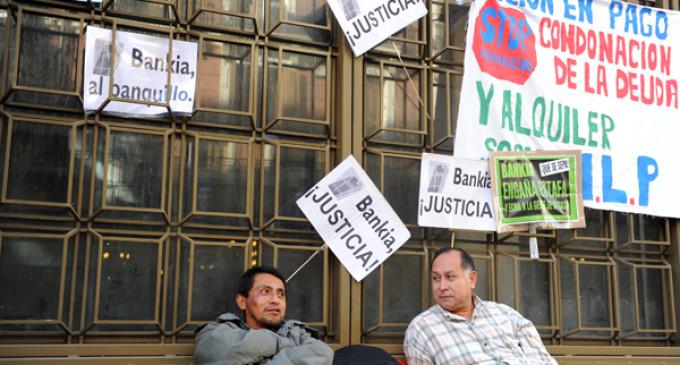 Bankia se compromete a revisar expedientes de hipotecas tras el encierro de 15 afectados en una sede del banco