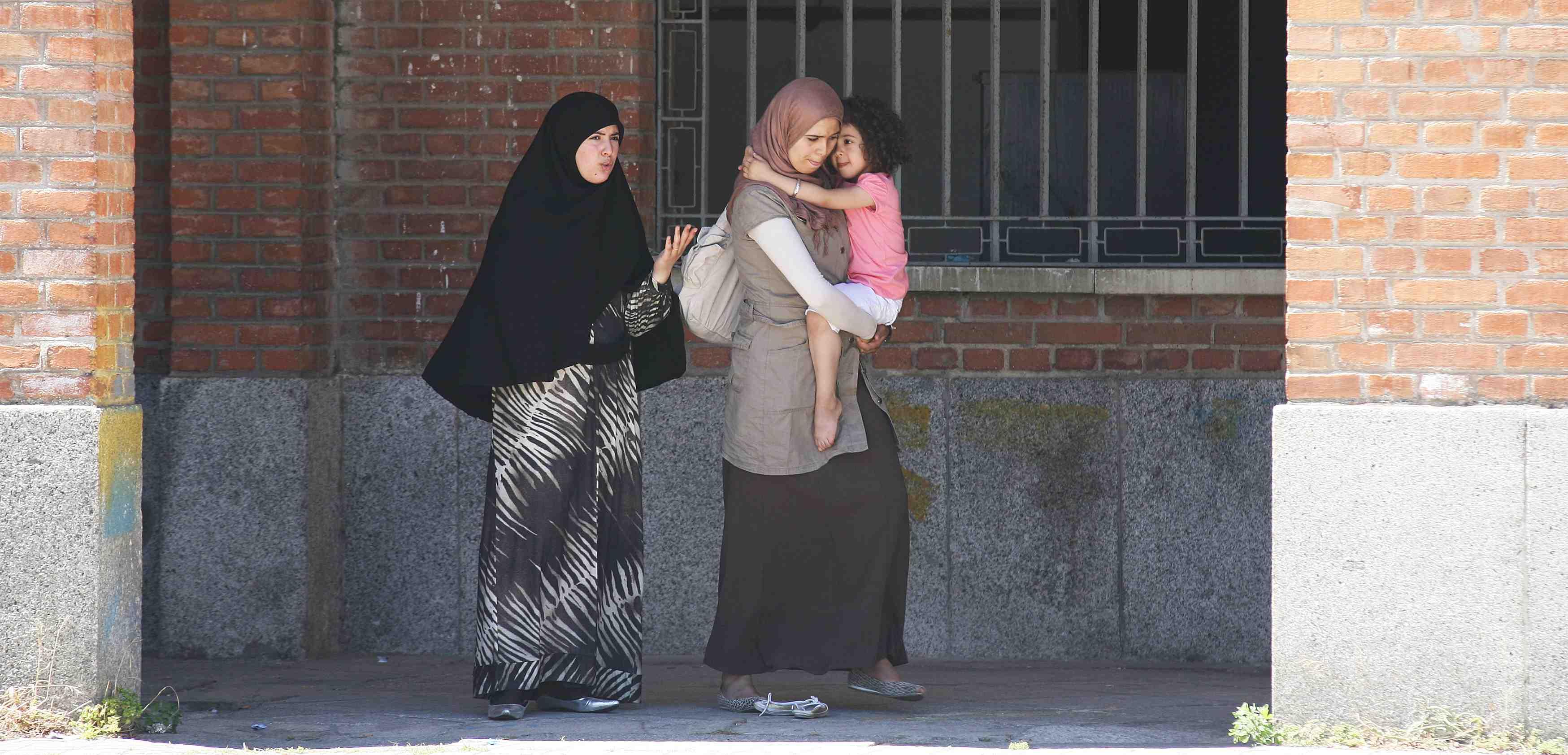 Dos mujeres con velo en una calle de Madrid. I La Marea