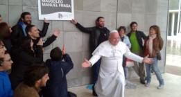El 'Papa' Leo Bassi reinaugura la Cidade da Cultura como el mausoleo de Fraga