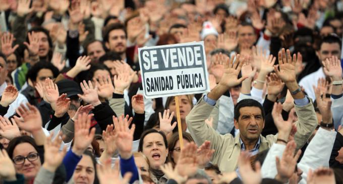 La 'marea blanca' recorre el centro de Madrid en defensa de la sanidad pública