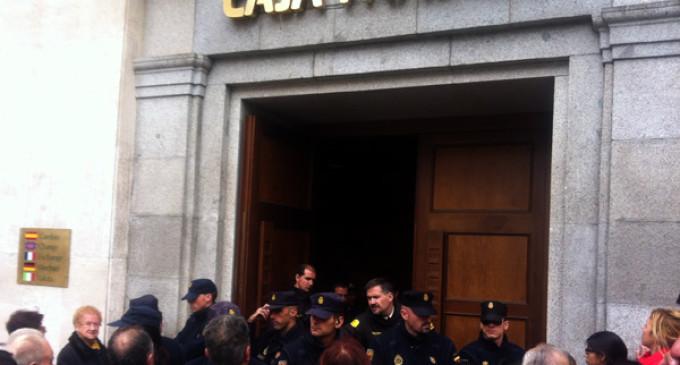 """Bankia promete revisar los desahucios """"si se desmonta el chiringuito"""" delante de su sede"""