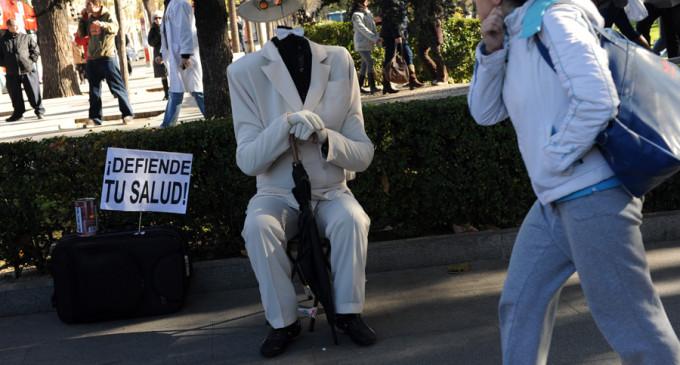 """La Marea Blanca sale a la calle para denunciar el """"chantaje"""" de las farmacéuticas"""