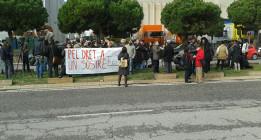 """Gritos de """"libertad"""" ante el CIE por los dos inmigrantes detenidos en Poblenou"""