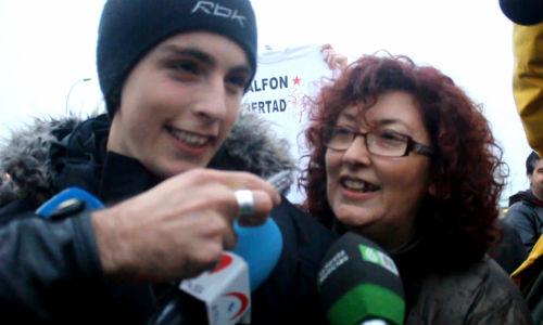 'Alfon' y su madre, Elena Ortega, a las puertas de la cárcel de Soto del Real. EDUARDO MURIEL