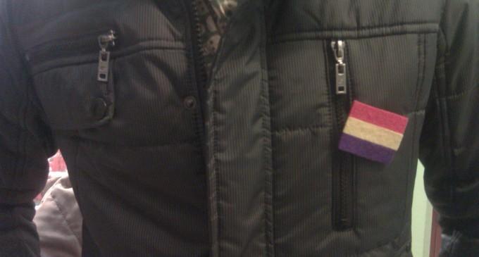 Un alcalde del PP expulsa a un concejal por llevar una insignia republicana