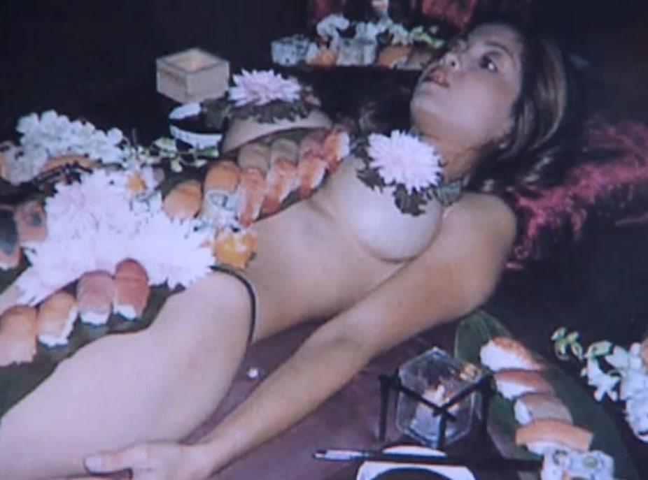 Inclinada sobre la mesa con su short - Chicas Desnudas