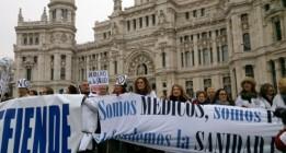 La marea blanca inaugura las protestas en defensa de la sanidad pública en 2013