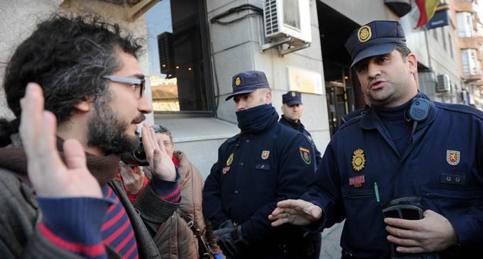 """El 15-M de Lavapiés, en comisaría: """"Somos delincuentes honrados, venimos a entregarnos"""""""