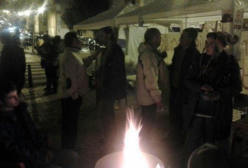 Varias personas conversan en la acampada de Mérida.
