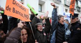 Los afectados por las hipotecas celebran frente al Congreso la admisión de la ILP