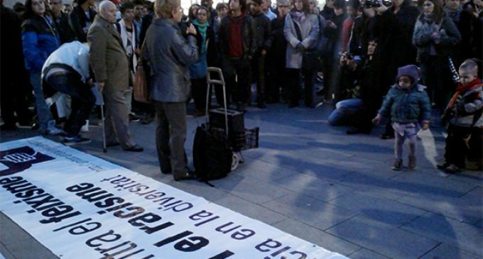 Concentración contra la agresión neonazi a un menor en el barrio del Raval de Barcelona