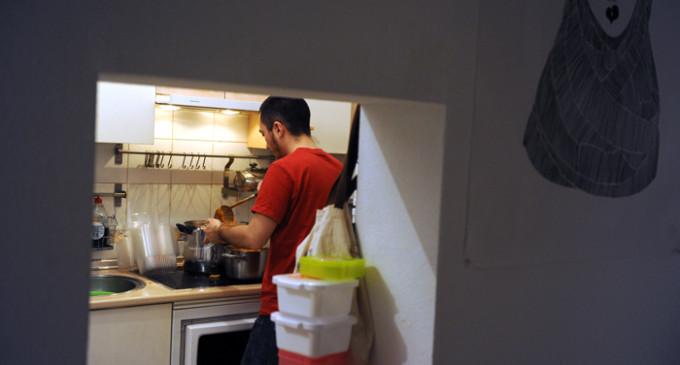 """Voluntarios que preparan """"tuppers"""" caseros para paliar el hambre de sus vecinos"""