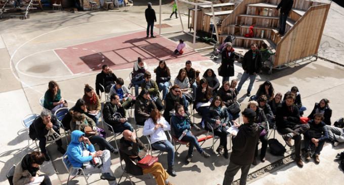 Más de 200 profesores de universidades madrileñas convierten las plazas en aulas