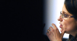 Mónica Oltra se niega a abandonar Les Corts tras ser expulsada por Cotino