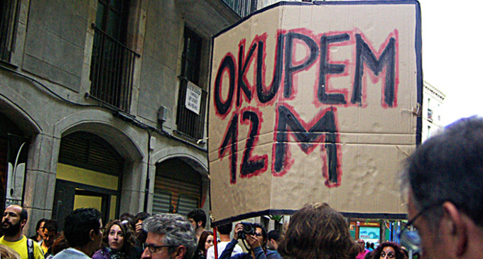 La Guardia Urbana desaloja el edificio ocupado en Barcelona tras la marcha del 12-M