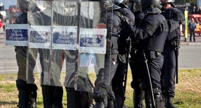 Un juez investigará a antidisturbios de los Mossos por el desalojo de una nave