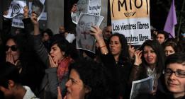 Miles de feministas secundan el escrache a Gallardón por su reforma del aborto