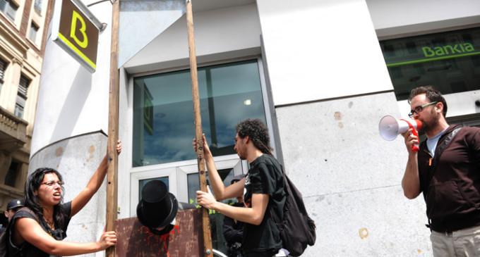 Cientos de personas bloquean decenas de sucursales en el 'Toque a Bankia'