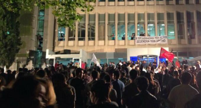 Los periodistas de la televisión pública griega resisten ante la orden de cierre del Gobierno