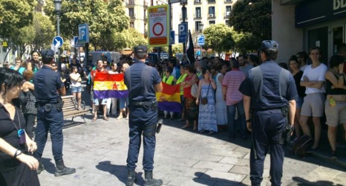 """Lavapiés recibe a Letizia Ortiz al grito de """"Borbones fuera"""" y """"Monarquía corrupta"""""""