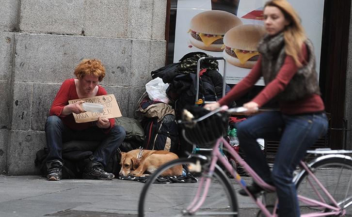Un hombre pide limosna en el centro de Madrid. FERNANDO SÁNCHEZ