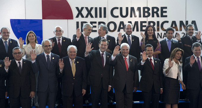 """Rajoy anuncia desde Panamá el """"fin de la crisis"""" en España"""