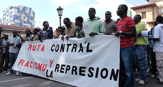 Colectivos sociales denuncian que el Gobierno fletará este martes un vuelo de deportación de senegaleses