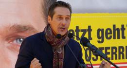 La ultraderecha europea baila en Viena protegida por la policía