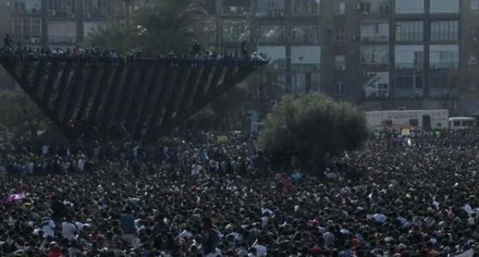 Decenas de miles de inmigrantes africanos protestan en Israel por el trato a los refugiados