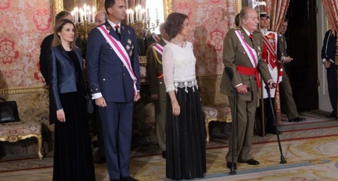 El rey no logra ocultar las secuelas de la operación en su primer acto público