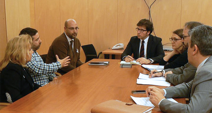 """La familia Couso se reúne con el PP y le afea su """"carpetazo"""" a la justicia universal"""