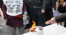 Pensionistas queman la carta del ministerio donde les informa de la subida del 0,25%
