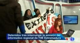 Los activistas de la acción en TVE Extremadura pasan la noche en el calabozo