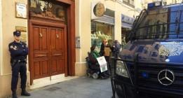 <em>Despliegue policial en torno a un pacífico perroflauta motorizado</em>