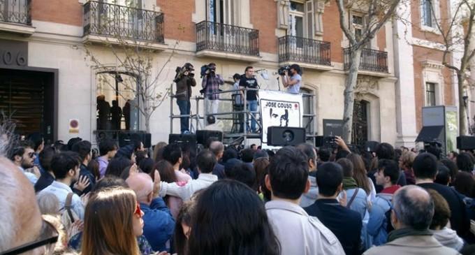 Cientos de personas arropan a la familia Couso frente a la embajada de EEUU