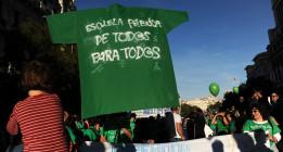La Justicia da la razón a la primera profesora sancionada por vestir la camiseta verde