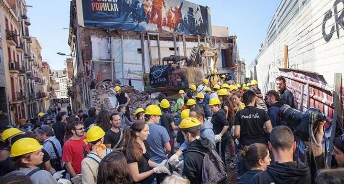 La reconstrucción de Can Vies comienza con la retirada de cuarenta toneladas de escombros