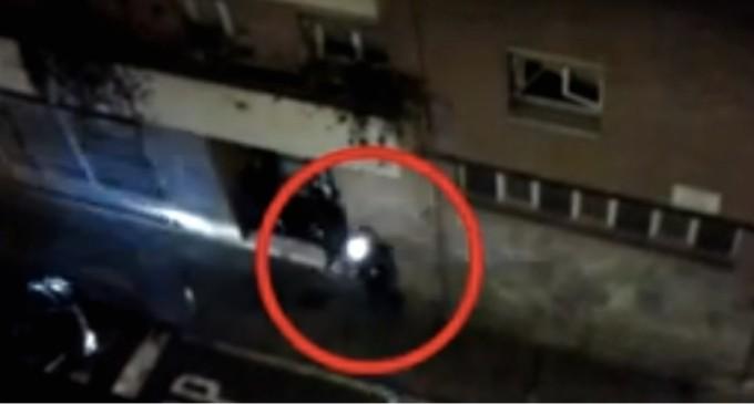 Un mosso dispara hacia el balcón de un vecino de Sants