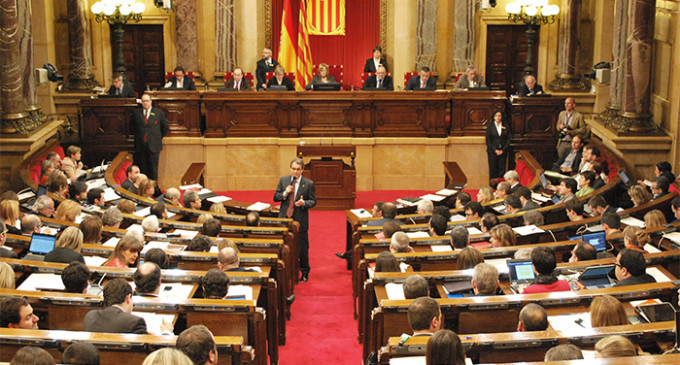 El Parlament de Catalunya pide un referéndum sobre monarquía o república