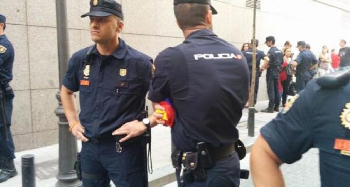 VÍDEO | La Policía detiene a tres ciudadanos tras vitorear a la República al paso de Felipe VI