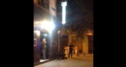 """Un policía la emprende a puñetazos con una mujer que lo llamó """"acomplejado"""""""