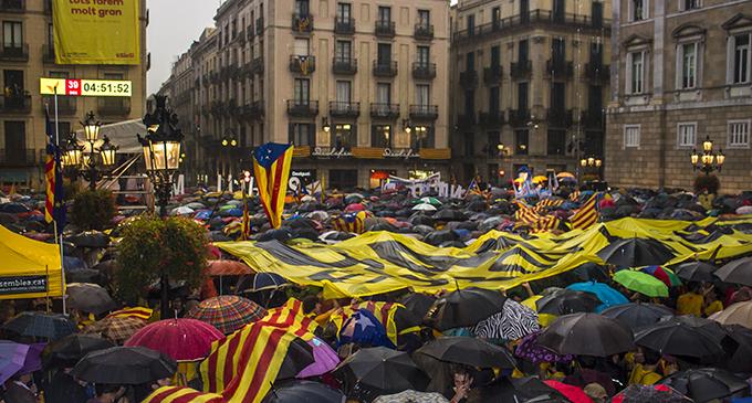 """Miles de personas llenan las plazas catalanas para pedir """"votar"""""""