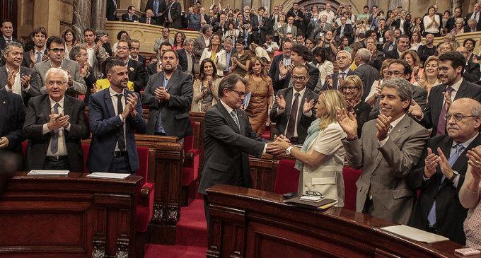 El Constitucional suspende la ley de consultas y la convocatoria del 9-N