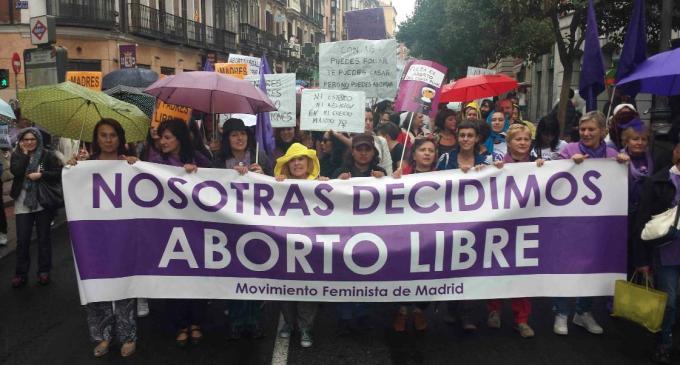 El movimiento feminista celebra en las calles la retirada de la reforma del aborto