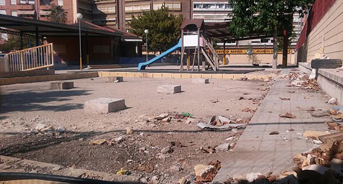 Adoquines por el suelo y barracones en el inicio del curso escolar en Valencia