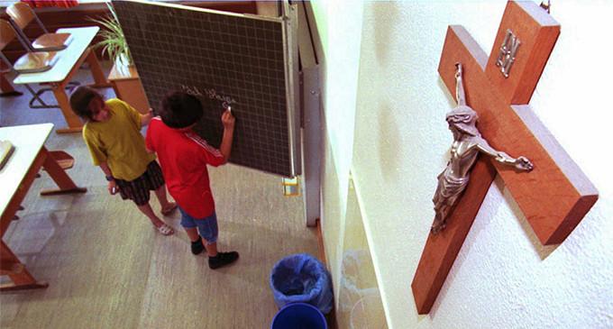 La cruz en las aulas: de Isabel II a Felipe VI y tiro porque me toca