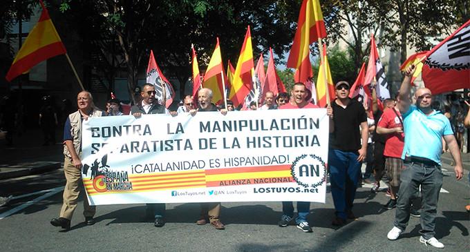 """Un reducido grupo de extrema derecha se manifiesta en el Raval contra el """"separatismo"""""""
